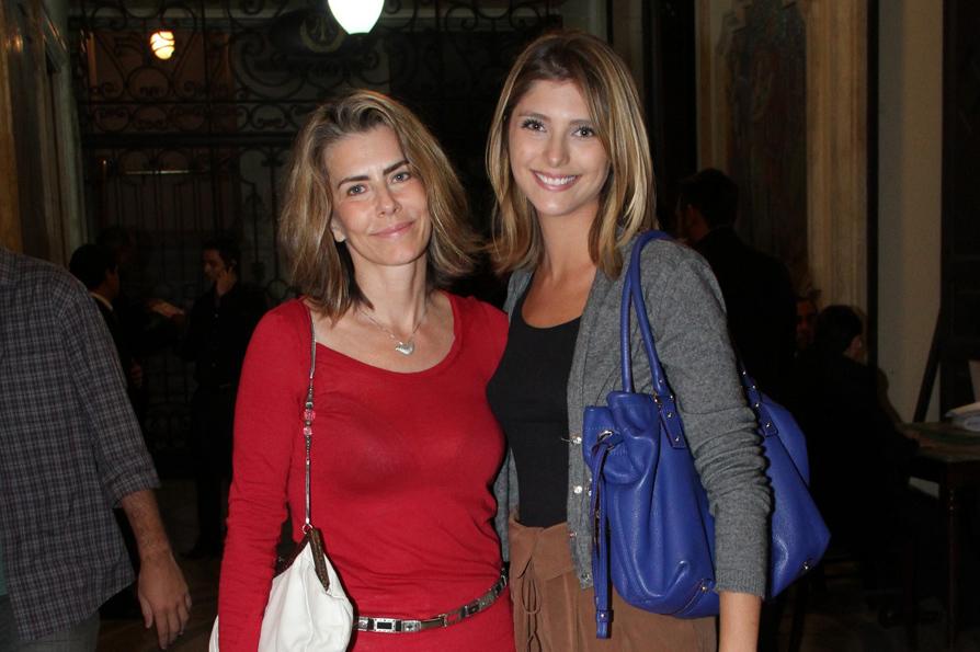 Maitê Proença e Tammy Di Calafiori posam  no hall do teatro