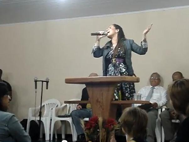 Perlla cantando na igreja do marido (Foto: Reprodução/Reprodução)