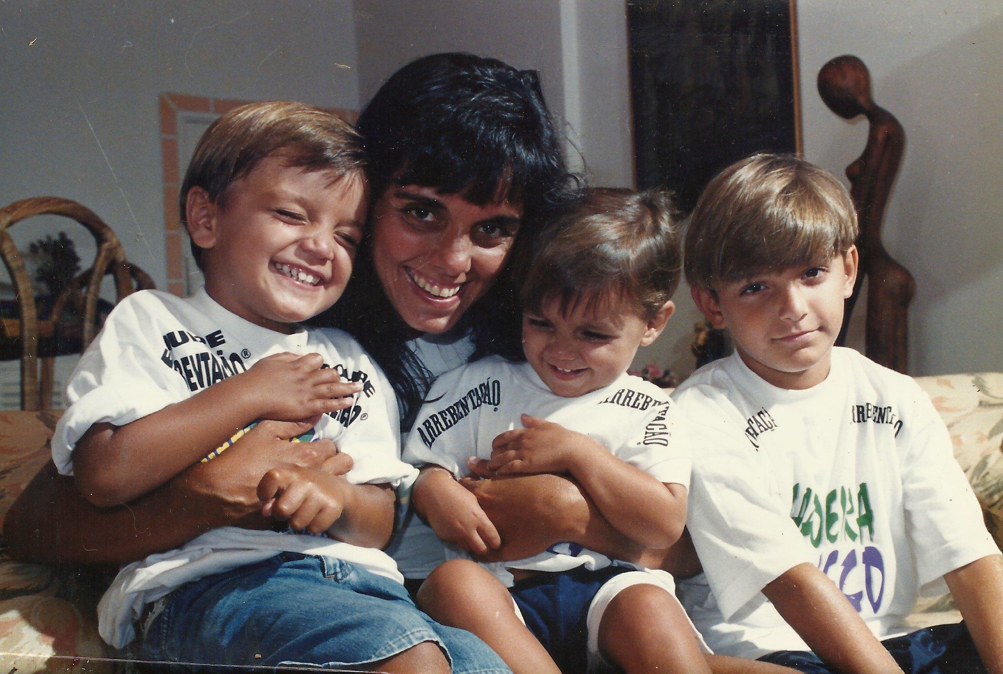 Rodrigo Simas com a mãe Ana, à esquerda, e com os irmãos Alexandre e Bruno Gissoni