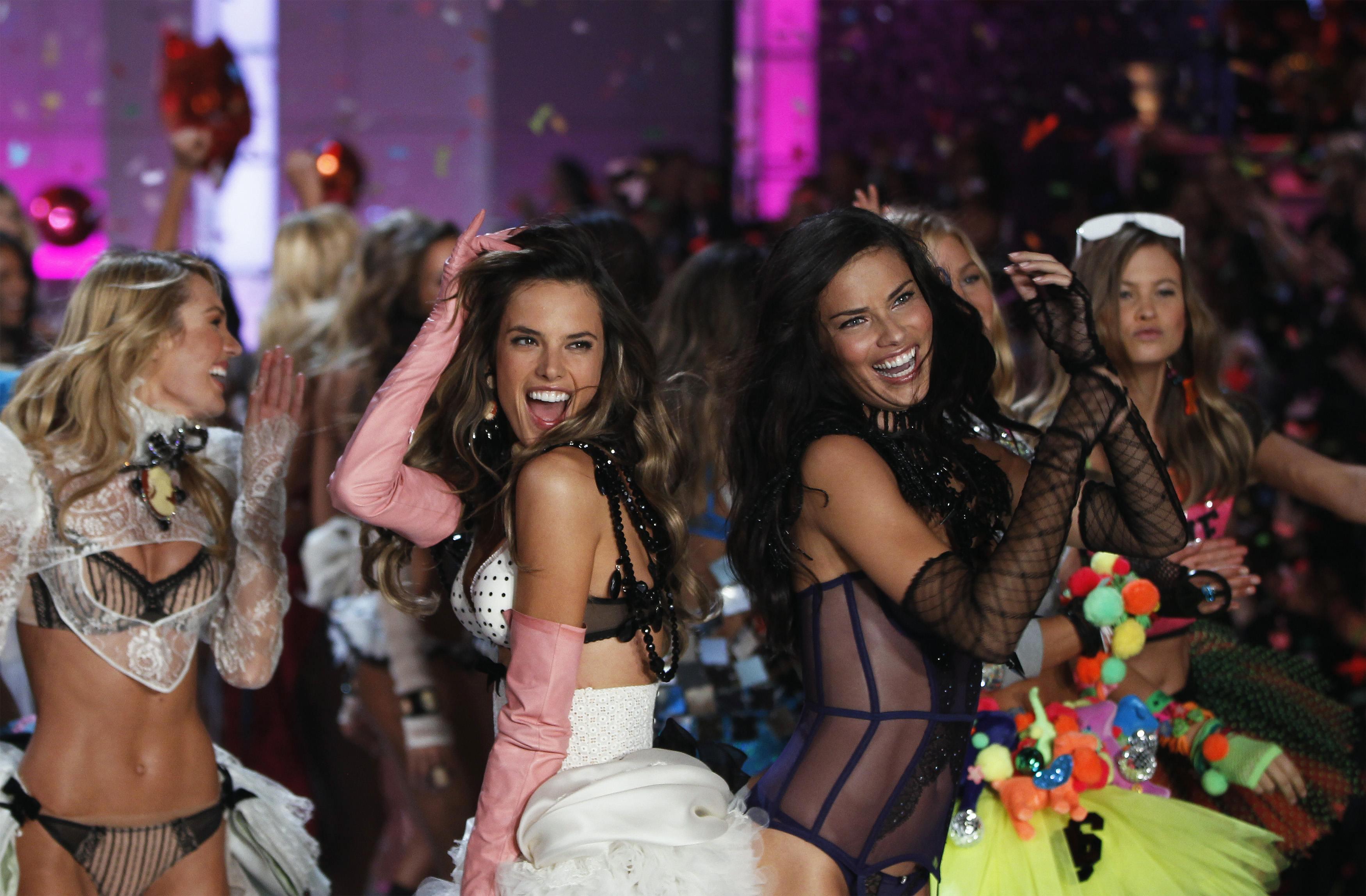 Alessandra Ambrósio e Adriana Lima no escerramento do 'Victoria's Secret Fashion Show'