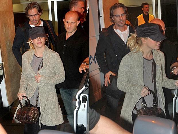 Britney embarca no carro para deixar aeroporto (Foto: André Freitas e Gabriel Reis/Ag News)
