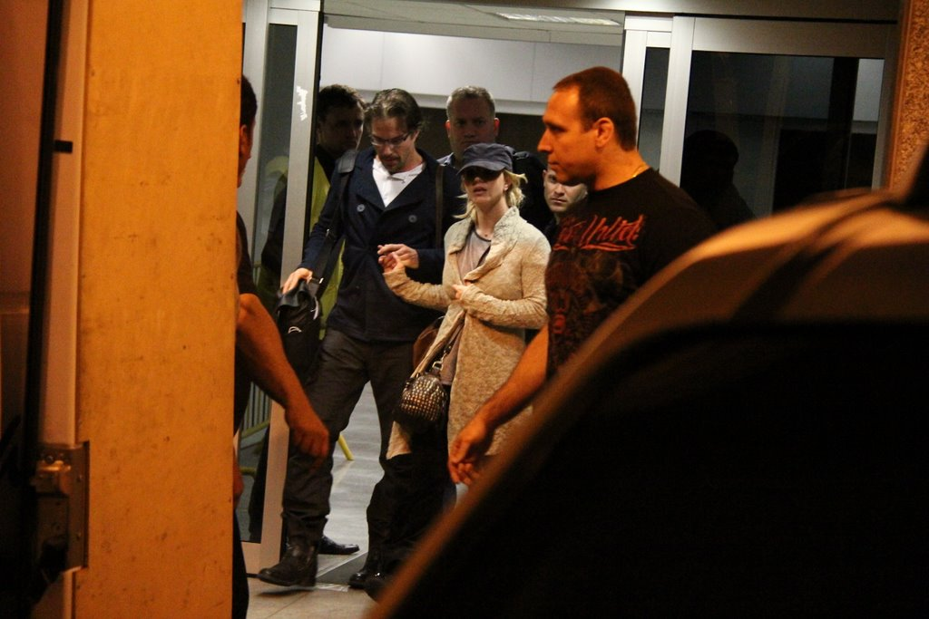 Britney Spears desembarca no aeroporto do Rio com o namorado, Jason Trawick
