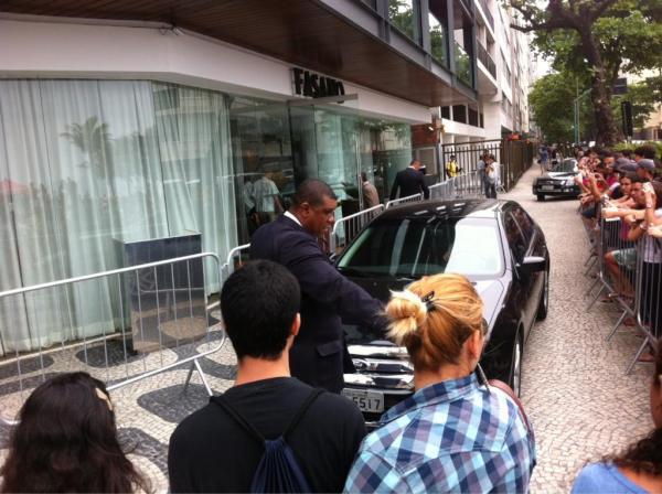 Carro na porta do hotel Fasano, onde Britney Spears está hospedada no Rio (Foto: Reprodução / Twitter)