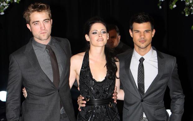 Robert Pattinson, Kristen Stewart e Robert Pattinson posam juntos