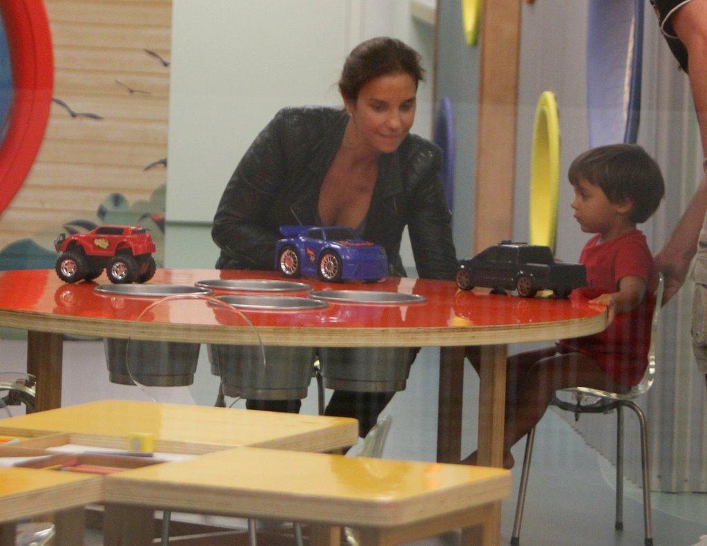 Ivete Sangalo brincou com o filho, Marcelo, em um parquinho num shopping na Zona Sul do Rio, nesta quarta-feira, 16