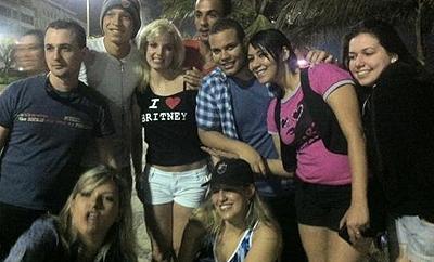 Fãs posam com a 'personal dublê' de Britney Spears (Foto: Reprodução)
