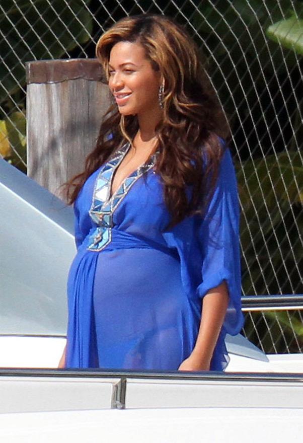 Beyoncé exibe barrigão sob blusa transparente (Foto: Grosby Group)