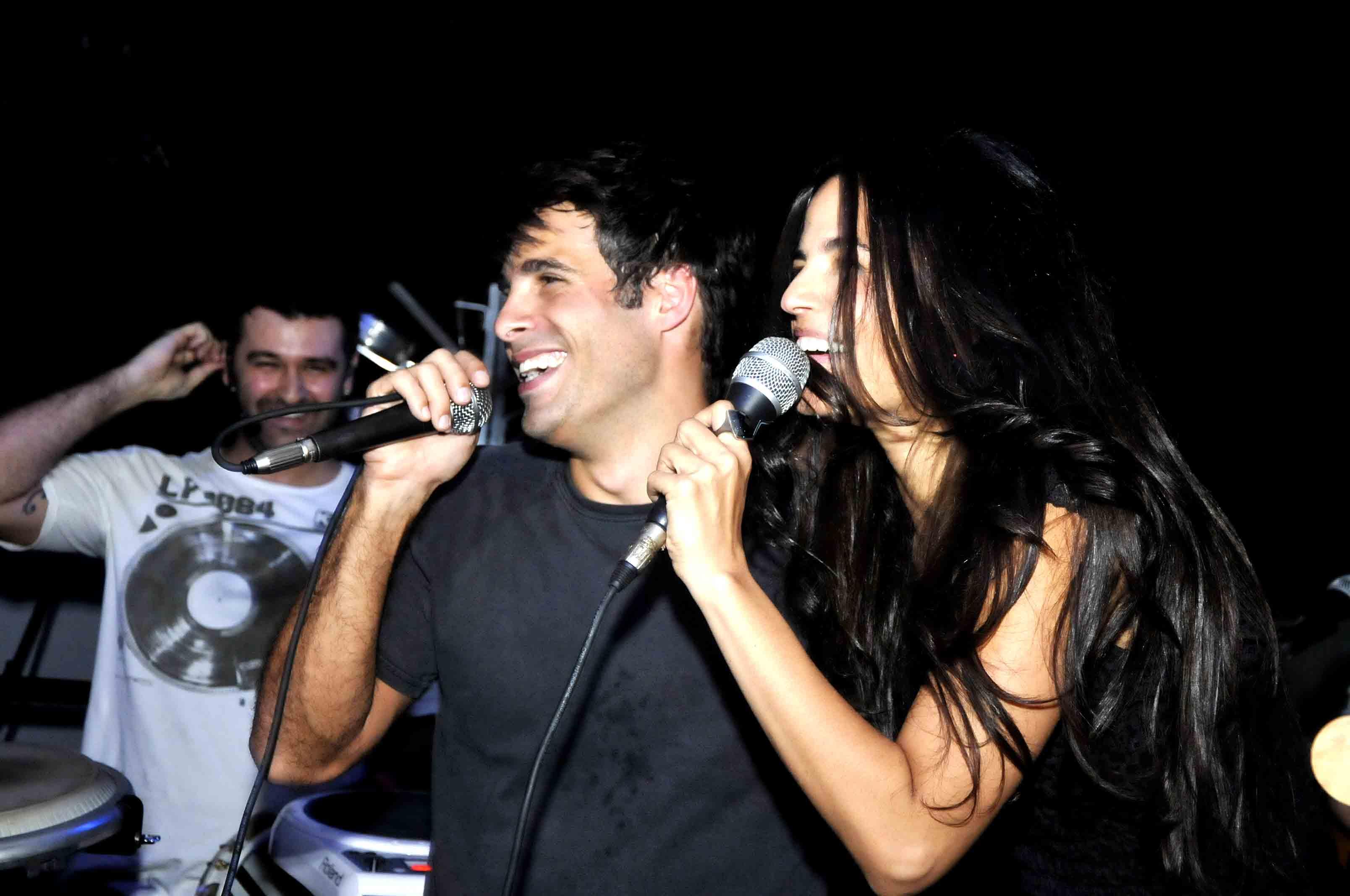 http://s.glbimg.com/jo/eg/f/original/2011/11/18/raoni_carneiro_e_emanuelle_araujo_01_ego.jpg