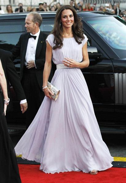 Vários looks de Kate Middleton impressionaram em 2011. O destaque ficou com o longo Alexander McQueen usado em um evento de gala no EUA