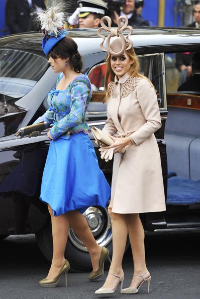 As princesas Eugenie e Beatrice atraíram todas as atenções no casamento real pela bizarrice dos seus chapéus.