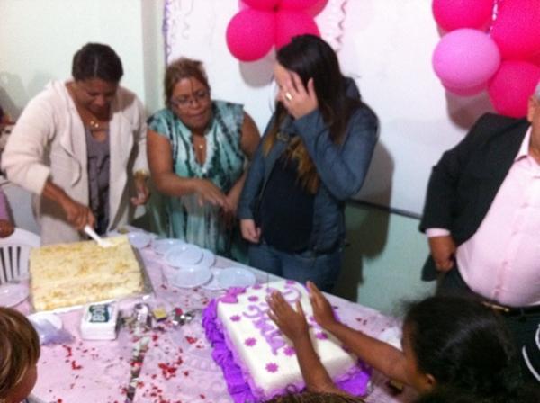 JHT Grávida, Perlla ganha festa surpresa da mãe no aniversário