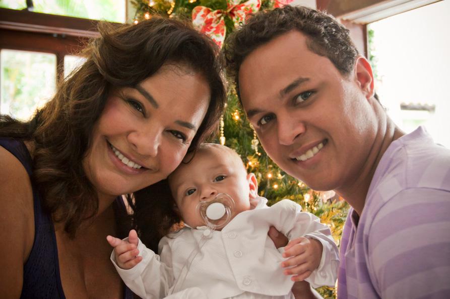 Solange Couto posa com o marido, o estudante de engenharia Jamerson Andrade, e o filho do casal, Benjamin, de quatro meses
