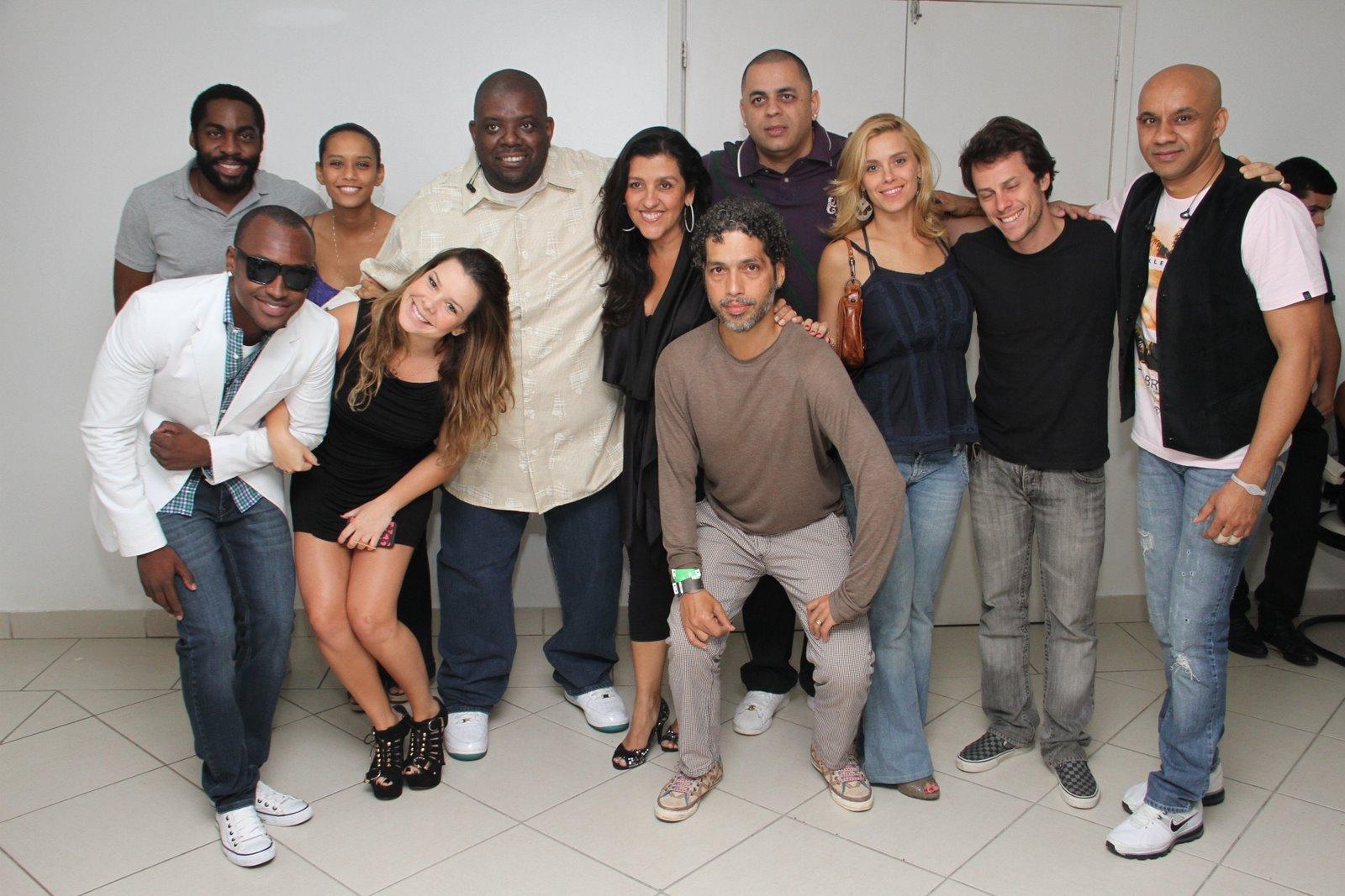 Exaltasamba recebe famosos no camarim após show no Rio