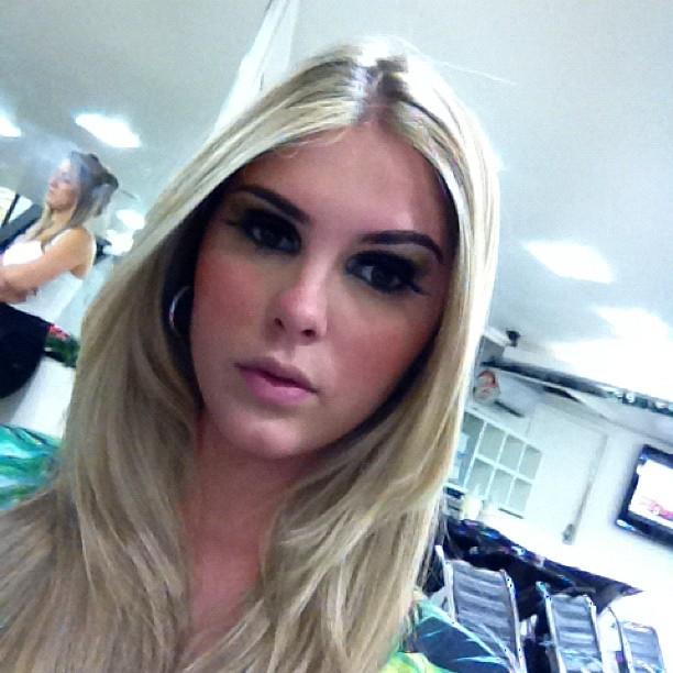 """Bárbara Evans mostra make para festa de lançamento da sua """"Playboy"""" (Foto: Reprodução / Twitter)"""