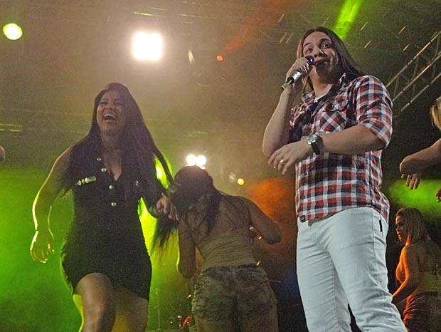 Desirée Oliveira se empolga durante o show do grupo Garota Safada, no Rio (Foto: Divulgação)