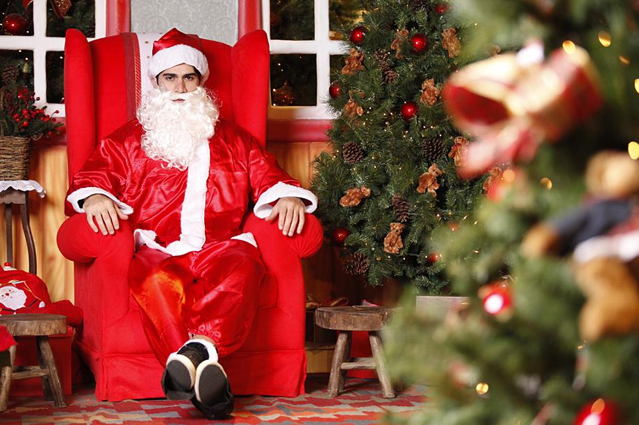 Rodrigão começou as fotos vestido como um Papai Noel tradicional. Mas aguarde...