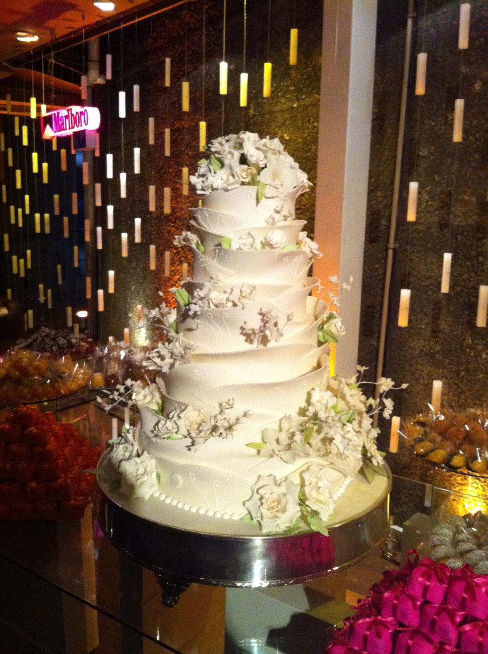 O bolo foi decorado com flores