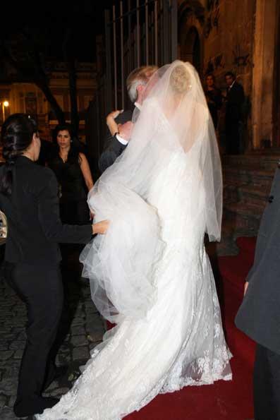 O vestido é de renda francesa
