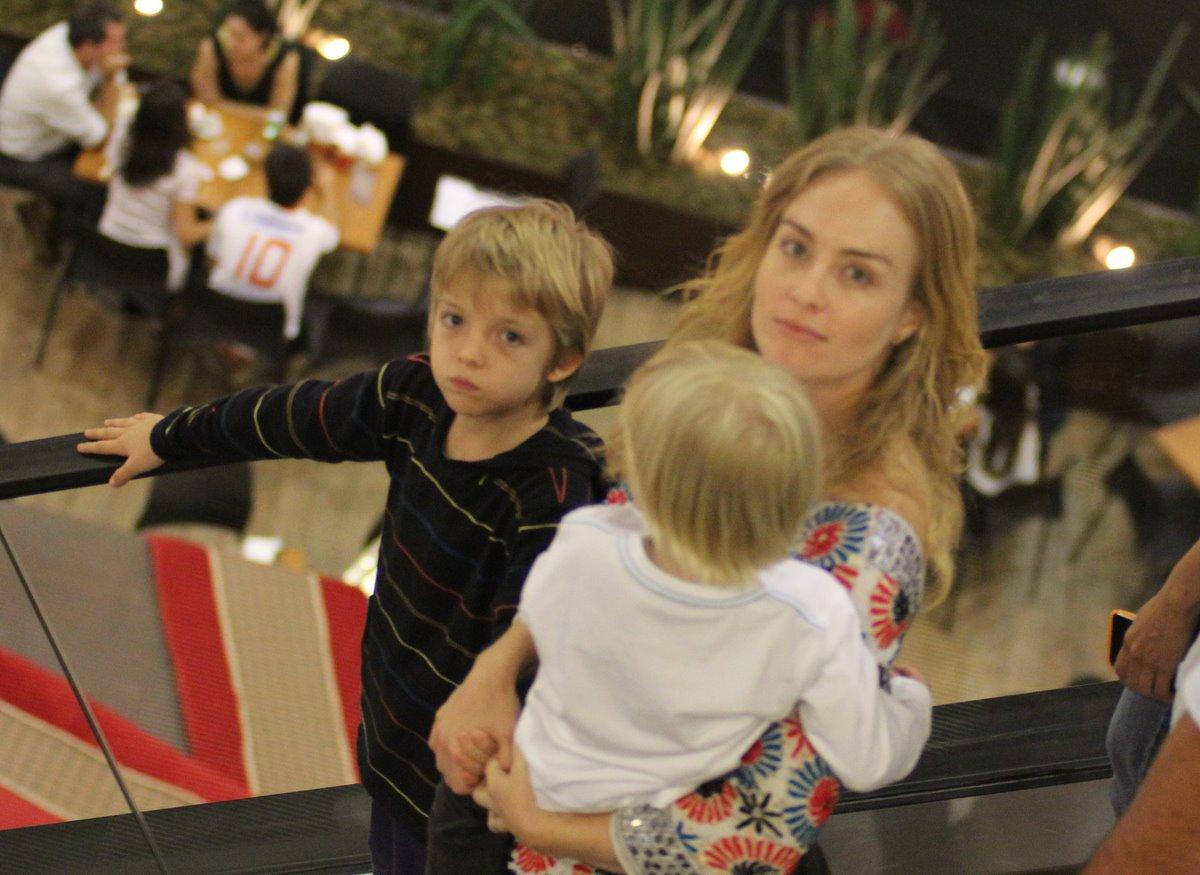 Angélica foi às compras com os filhos Joaquim, à esquerda, e Benício