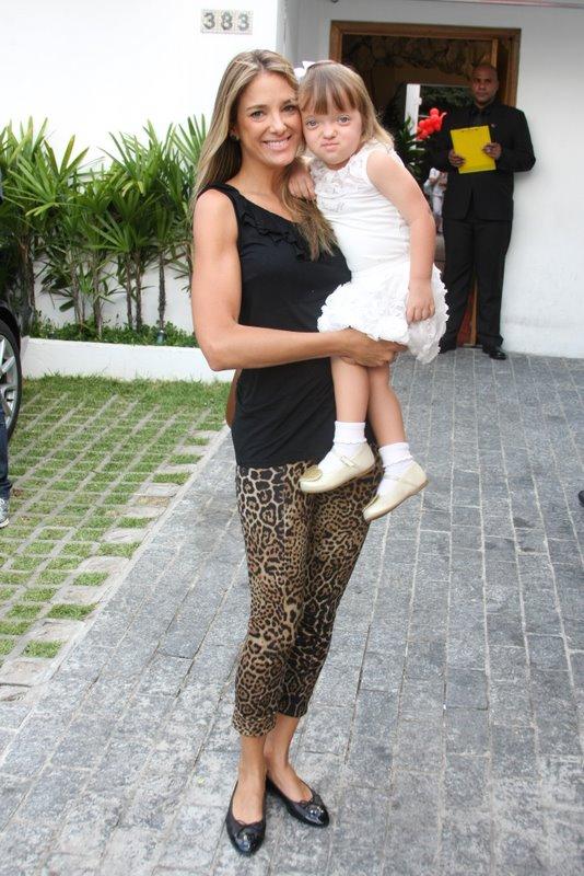 Ticiane Pinheiro com a filha Rafaela no aniversário de Maria Sophia, filha de Ronaldo, em São Paulo (Foto: Danilo Carvalho/ Ag. News)