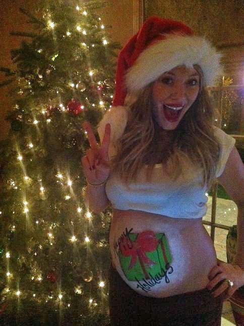 Grávida, Hilary Duff pintou a barriga para desejar feliz Natal para seus fãs (Foto: Twitter/ Reprodução)