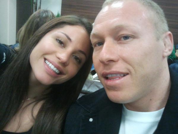 Maria e o namorado embarcando para Miami (Foto: Reprodução/Twitter)