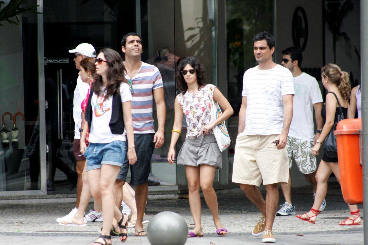 Maria Flor passeia no Leblon com o namorado e amigos J. Humberto