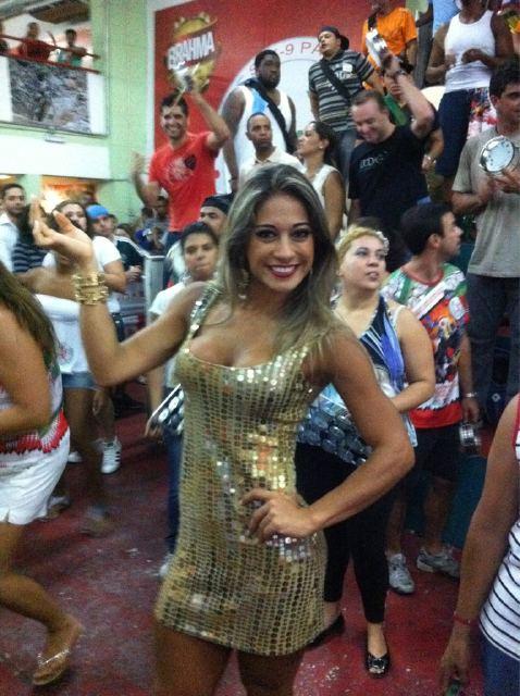Ex-BBB Mayra no ensaio da escola de samba X-9 Paulistana (Foto: Twitter/ Reprodução)
