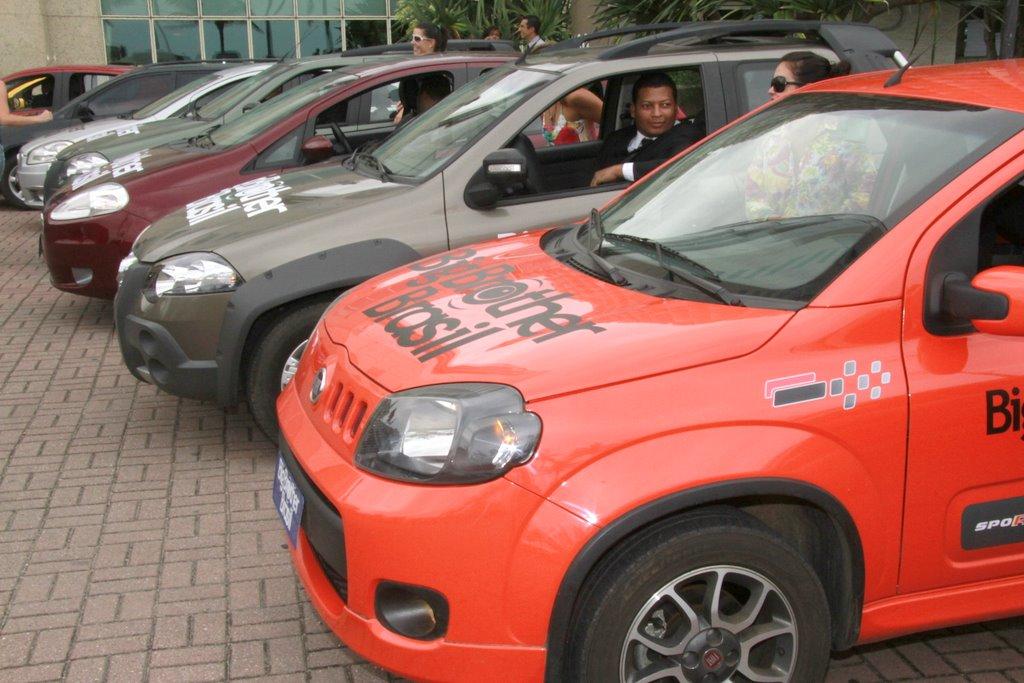Carros do 'BBB12' esperam a saída dos confinados em hotel na Barra da Tijuca, no Rio