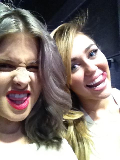 Kelly Osbourne e Miley Cyrus nos bastidores do PCA (Foto: Reprodução/Twitter)