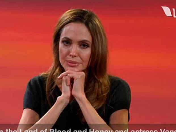 Angelina Jolie dá entrevista na internet (Foto: Reprodução)