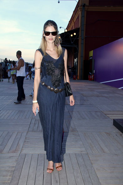 Yasmin Brunet foi ao Píer Mauá para conferir o último dia de Fashion Rio, neste sábado, 14