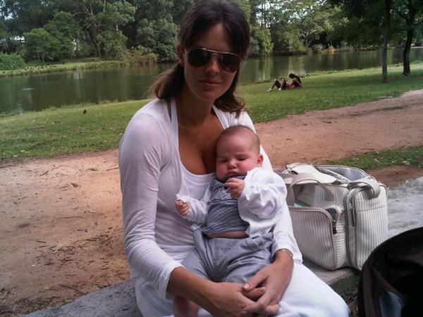 Letícia Birkheuer com o filho no parque (Foto: Repdrodução/Twitter)