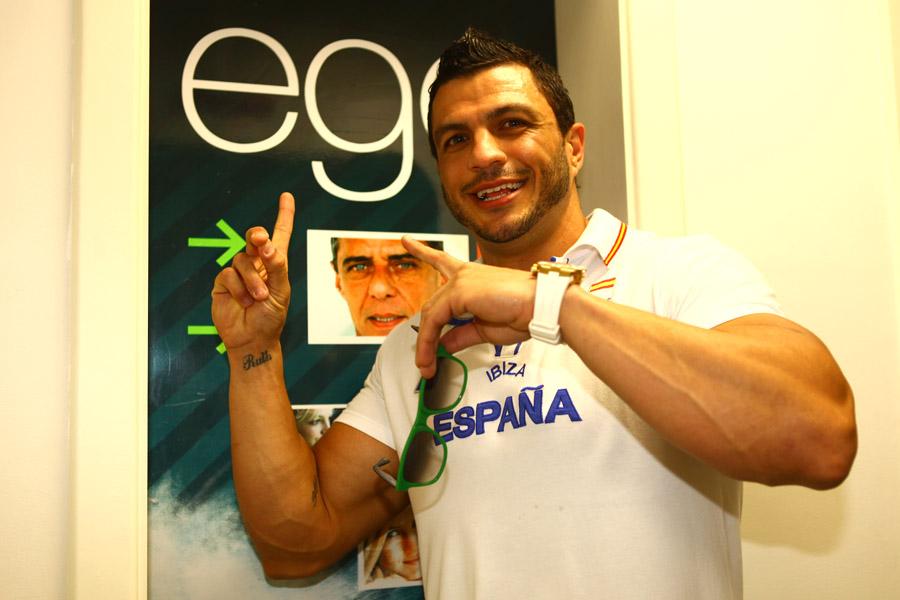 Kleber Bambam faz pose na frente do logo do EGO