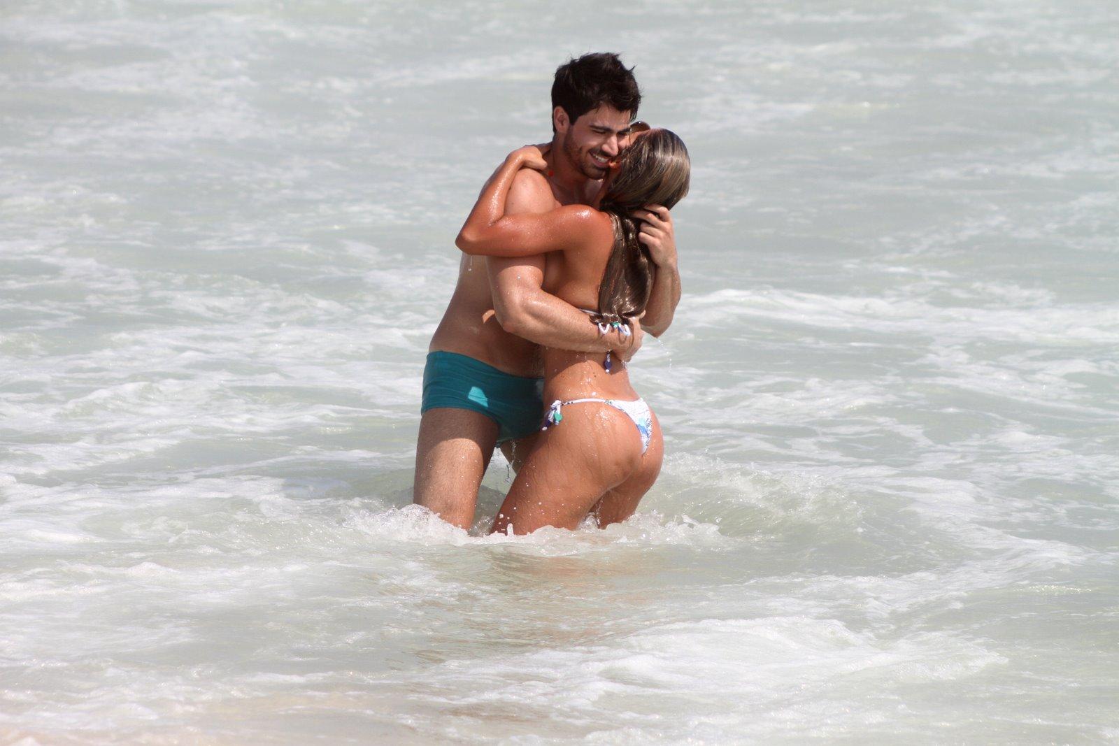 Rodrigão e Adriana namoram na praia do Recreio dos Bandeirantes, na Zona Oeste do Rio, nesta terça-feira, 17