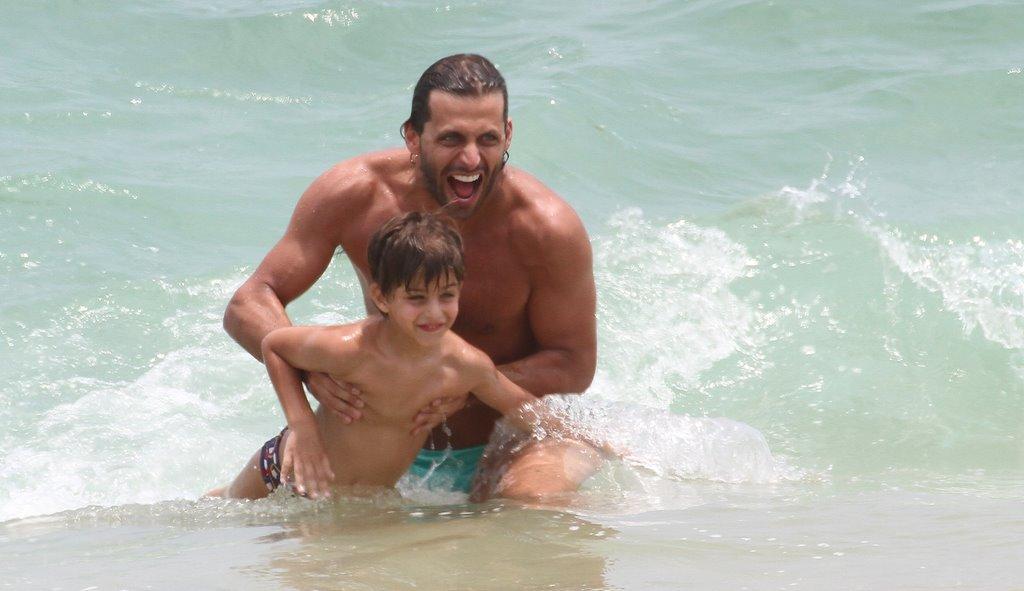Henri Castelli e Lucas se divertem na praia da Macumba