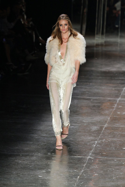 Rosie Huntington desfila para a Animale no SPFW