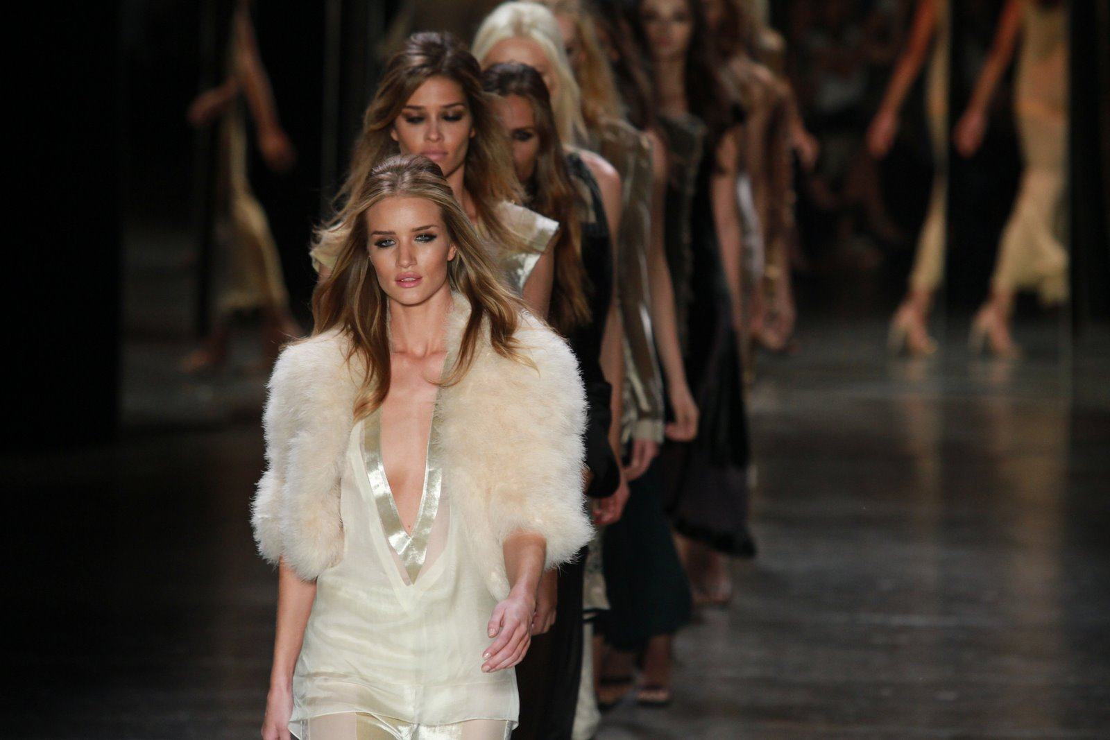 Rosie Huntington liderou a fila das modelos ao final do desfile da Animale no SPFW