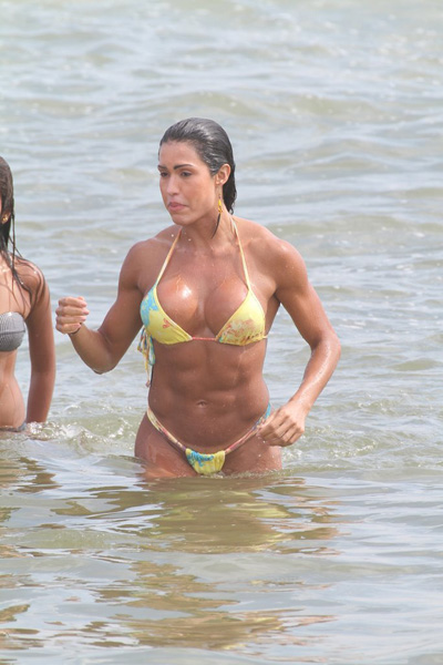 Nesta sexta-feira, 20, Gracyanne Barbosa foi à praia da Barra da Tijuca, na Zona Oeste do Rio, e exibiu seu corpo saradão