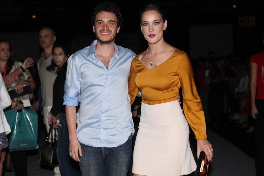 Adriana Birolli e o namorado na SPFW