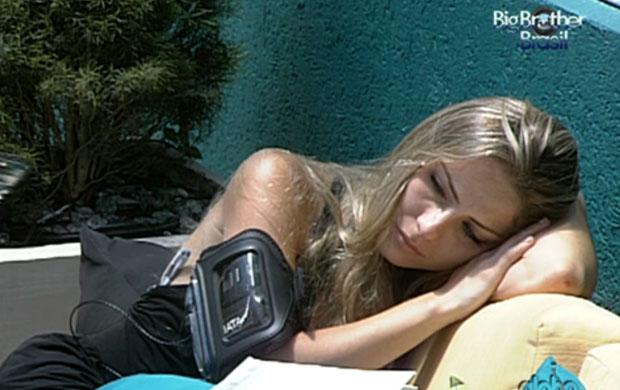 No sofá da piscina, Renata chora sozinha (Foto: Reprodução / GLOBO)