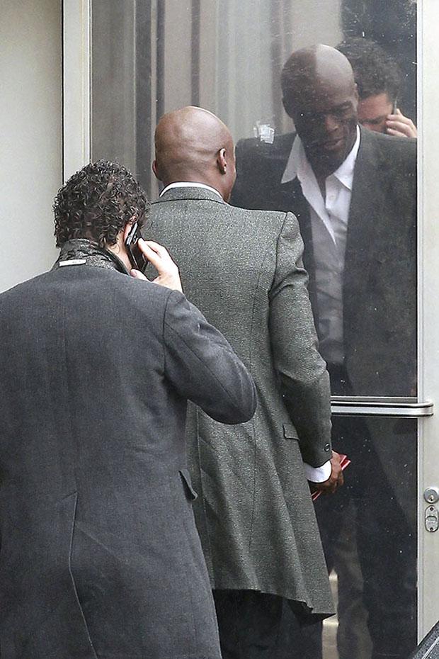 O cantor Seal é fotografado chegando no estúdio de gravação de um programa americano (Foto: Honopix)