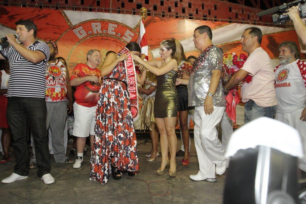 Juliana Paes recebe a faixa de rainha da Viradouro de Monique Alfradique