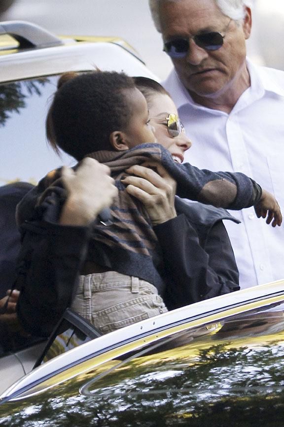 Sandra Bullock com o filho Louis em Los Angeles, nos Estados Unidos (Foto: Honopix/ Agência)