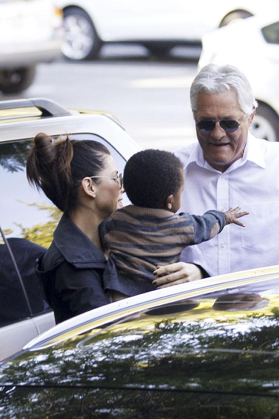 Sandra Bullock na escola do filho Louis em Los Angeles, nos Estados Unidos (Foto: Honopix/ Agência)