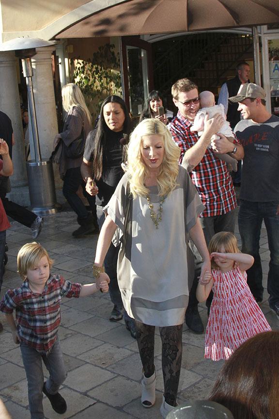Tori Spelling sai com os filhos da gravação do programa 'Extra!', em Los Angeles (Foto: Honopix)