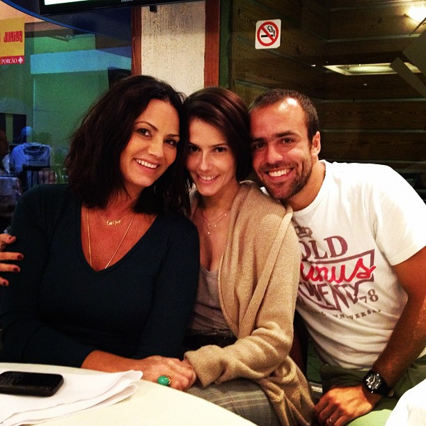 Luiza Brunet encontra Roger e Deborah Secco no Porcão (Foto: Twitter)