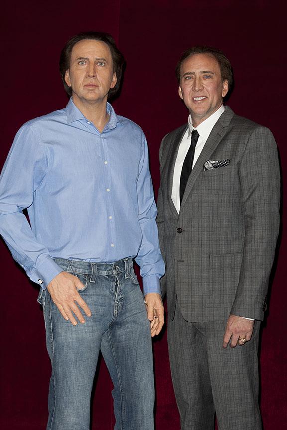Nicolas Cage e seu boneco de cera (Foto: Honopix/Agência)
