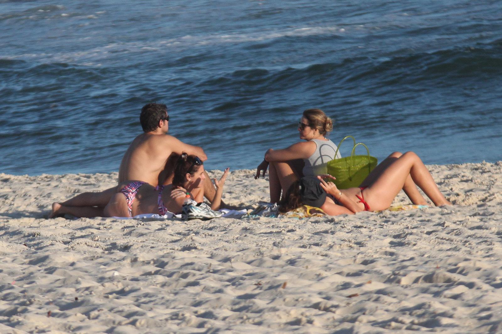 Giovanna Antonelli curte fim de tarde na praia