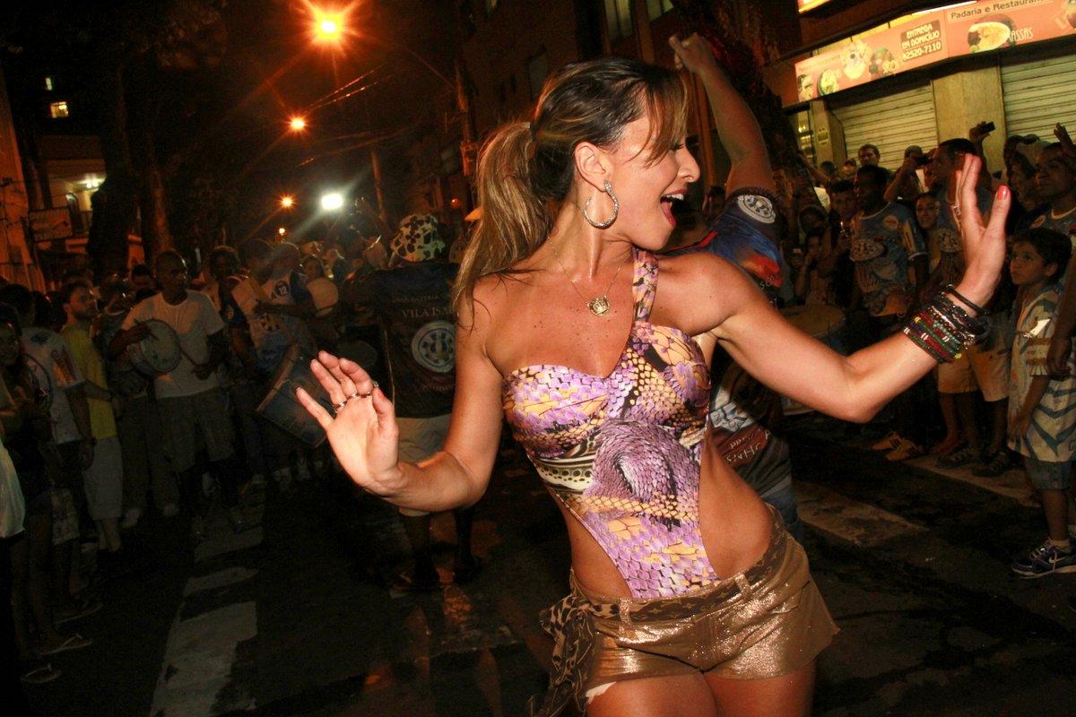 Sabrina Sato no ensaio de rua da Vila Isabel na Zona Norte do Rio